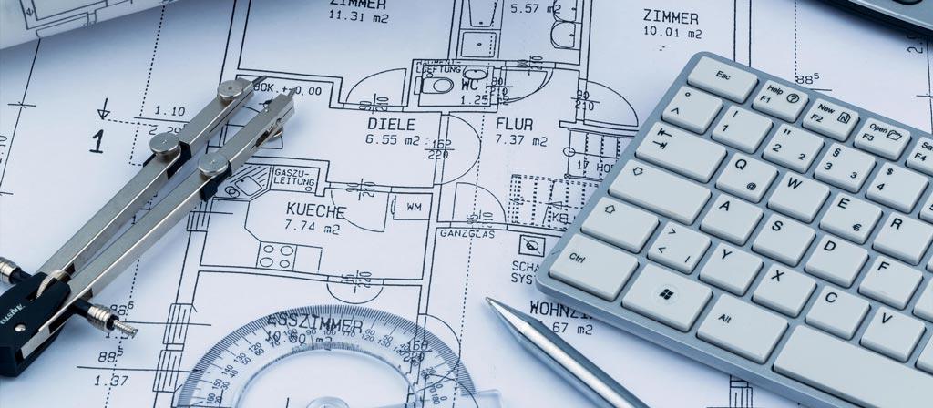 Zirkel und Tastatur auf einer Planzeichnung
